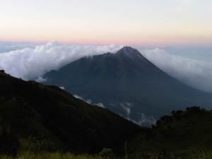 Gunung Merapi nan gagah berpayung awan berarak bersanding akrab dengan savana Merbabu nan cantik..